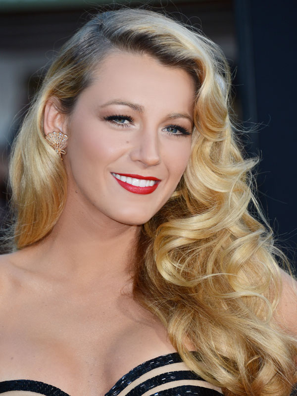 Most of her fans agrees, that Blake Lively curls equipped with hair up suits her the most
